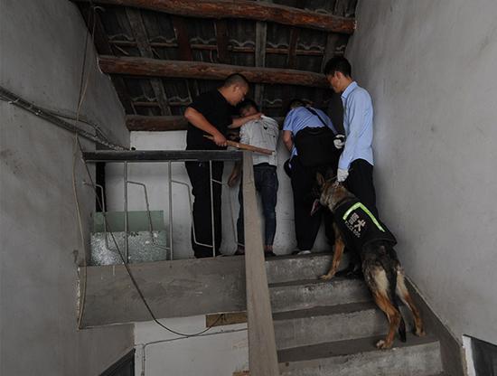 民警在阁楼内将两人抓获 警方供图
