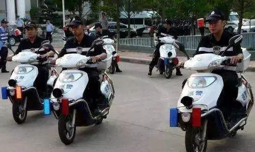 △武汉市东西湖区警方巡防人员驾驶电力警用车辆上街巡逻防控。