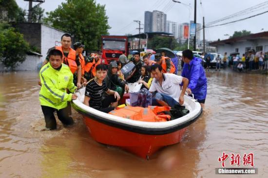 资料图:近日,重庆长寿区出现持续降雨,致使部分城区道路、居民小区被淹。游浩镭 摄