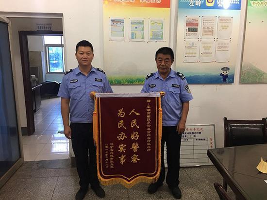 29日上午,受害人张女士上门给民警送锦旗 警方供图