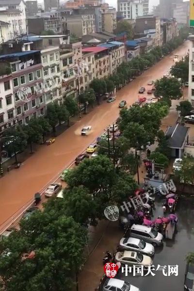 2日湖北恩施强降雨导致市区道路被淹(恩施气象通讯员供图)