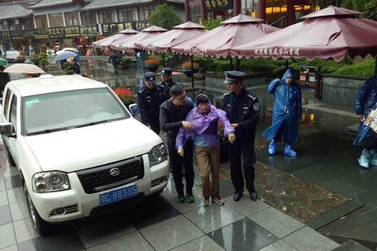 民警搀扶老人。警方供图