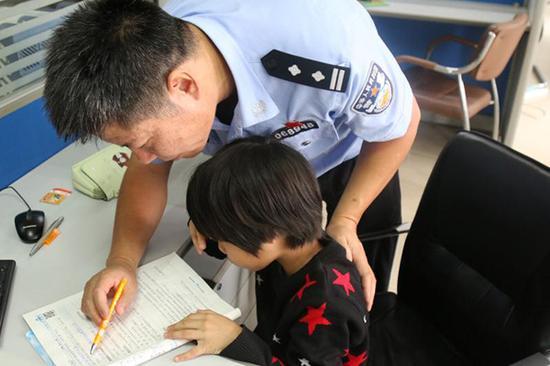 骆红玖偶尔有空时,可以辅导女儿作业。本文图片 襄阳市公安局樊城分局 供图