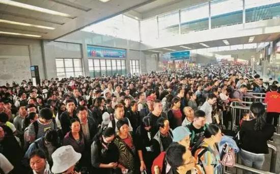 (7日下午,武昌火车站出站人群排起长龙)