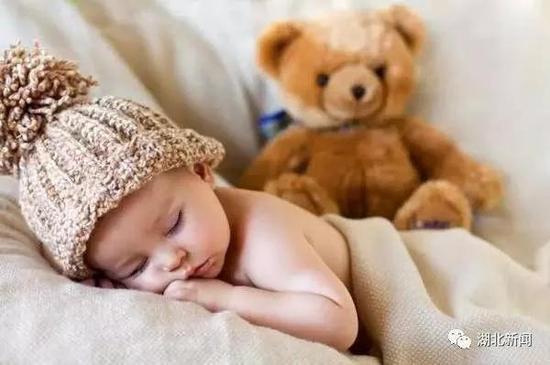 所以,睡觉时一定盖好被子,特别是保证腹部、头部不要受寒。此外,还要注意穿衣保暖,不要随意减衣,以防贼风。