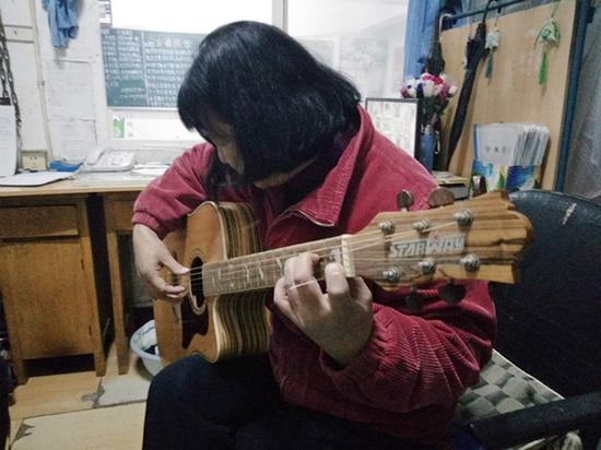 正在练习吉他的张传芸。 本文图片均为受访者 供图
