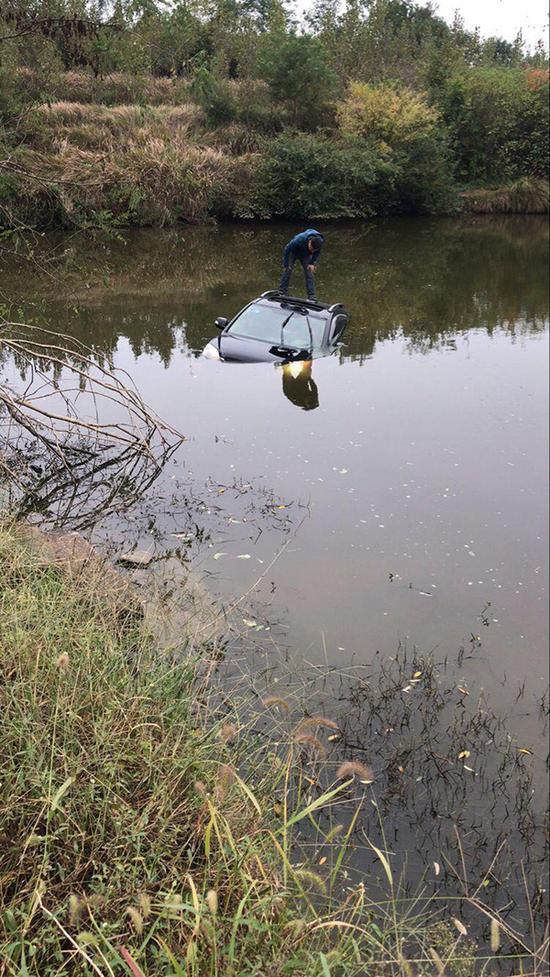 男子连人带车直接冲进了水塘里。 警方供图