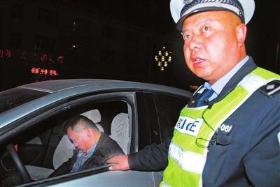 广水男子醉驾等候红灯时睡着 民警敲窗10分钟才叫醒