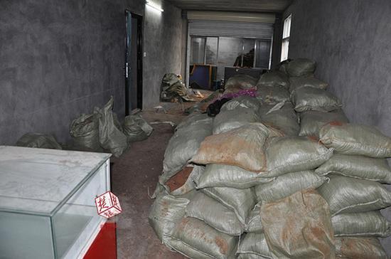 而最里面的两个房间里,已经打了3个盗洞,已经都用水泥封上了,房间的墙边堆满了编织袋装的泥土。