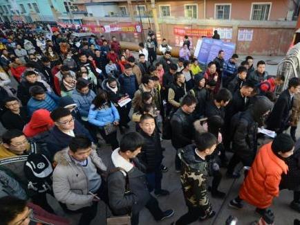 资料图:2016年11月27日,山西太原,参加2017年中国国家公务员考试的考生们陆续进入考场。中新社记者 韦亮 摄