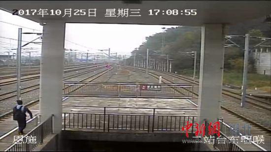 龙某走出站台沿铁道行走
