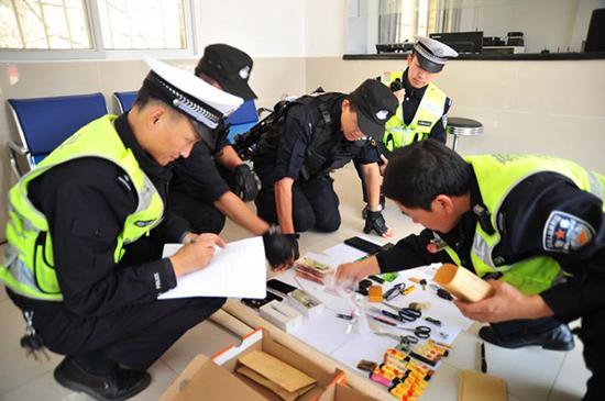 在男子车内查获的各种物品。 警方供图