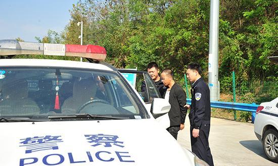 男子被警方带走调查。 警方供图