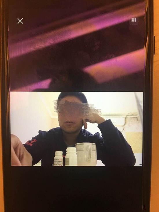 男子服食药品的视频