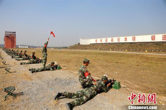 新兵进行实弹射击训练 何智利 摄