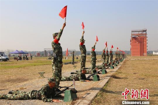 新兵打完5发子弹,现场竖起安全大旗 何智利 摄