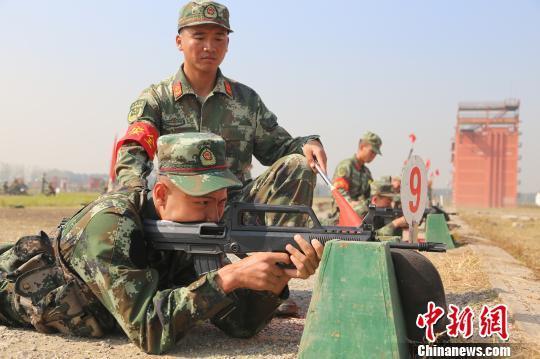 新兵进行首次实弹射击训练 何智利 摄