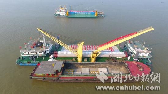 长江中游深水航道开工整治。