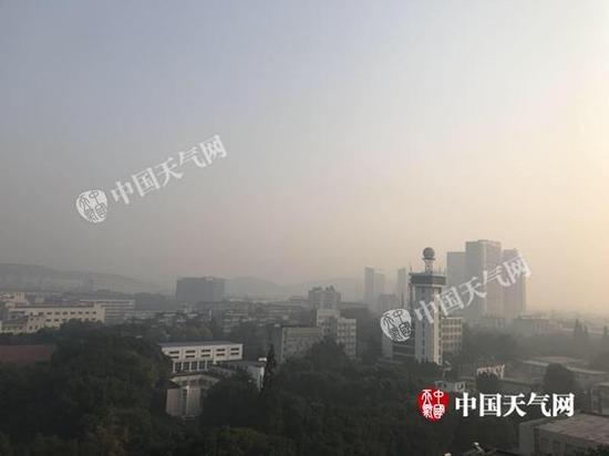 今天上午武汉天空灰霾,能见度欠佳。李梦蓉/摄
