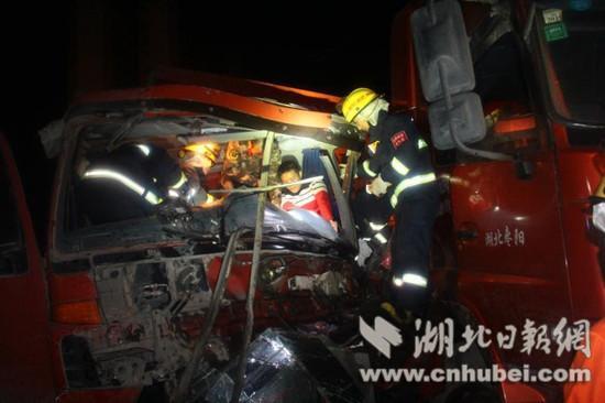 凌晨两辆载重大货车相撞,消防员钻进狭窄变形空间破拆救。