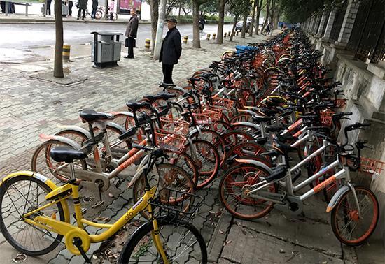 华中科技大学门口停满了共享单车。
