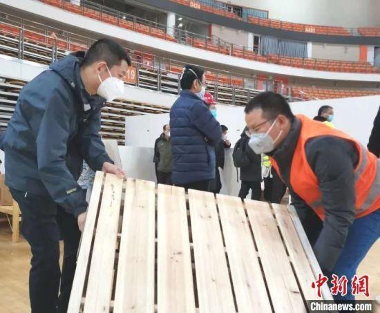 图为王志齐参与方舱医院建设 受访者供图 摄