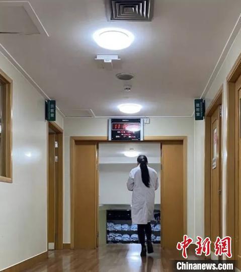 郑霞赴武汉前,同事为她拍下的背影。 浙大一院 供图