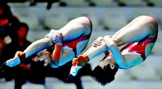 图为:昌雅妮(左)在比赛中