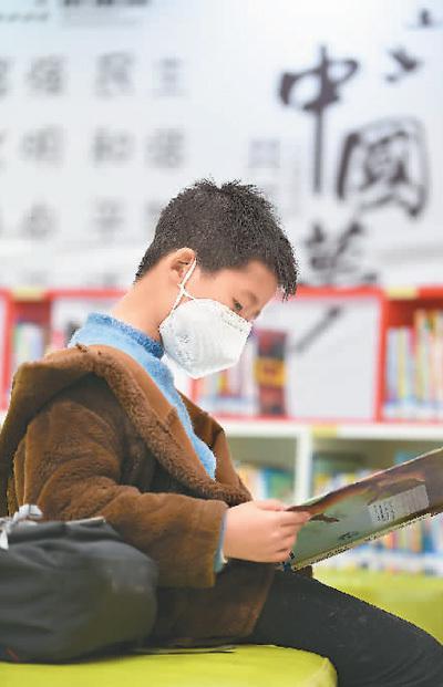 一位小朋友正在贵州省贵阳市南明区图书馆内的少儿阅读区读书。   赵 松摄(人民视觉)