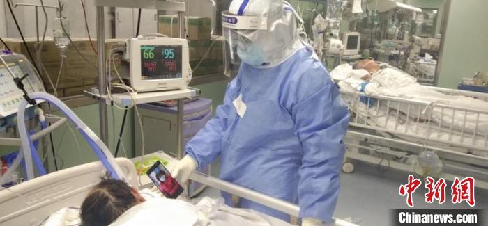 """住在ICU的老伴看着沈奶奶传来的""""加油""""视频。湘雅供图"""