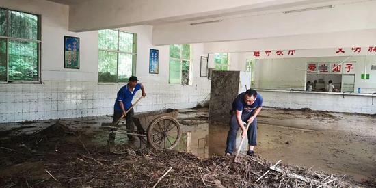灾后清理学生食堂淤泥