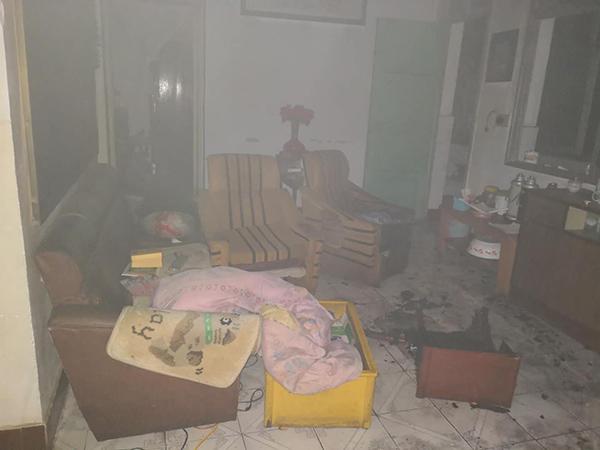 客厅里满是浓烟。 恩施公安局 供图