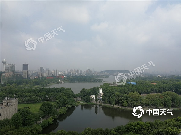 今天早上(7月6日),武汉阴云密布,阳光缝隙中透出