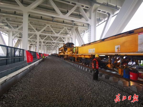 五峰山长江大桥开始铺轨。通讯员常美兰 供图
