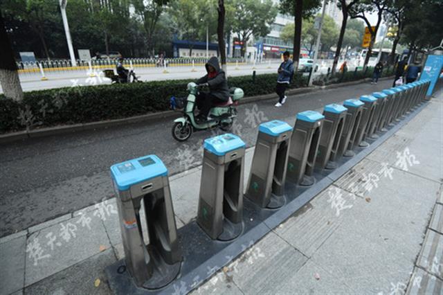 武汉公共自行车停止运营 废弃停车卡位却遍地都是