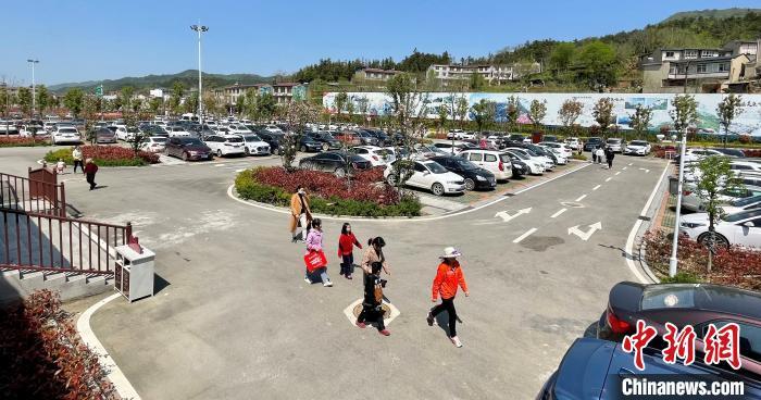 清明节假期,湖北麻城龟峰山景区停车场内停满了自驾游车辆。湖北省文化和旅游厅供图
