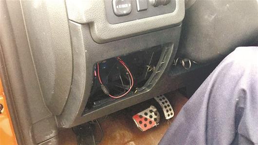 图为该车的车机系统和两套隐蔽的GPS设备被拆除