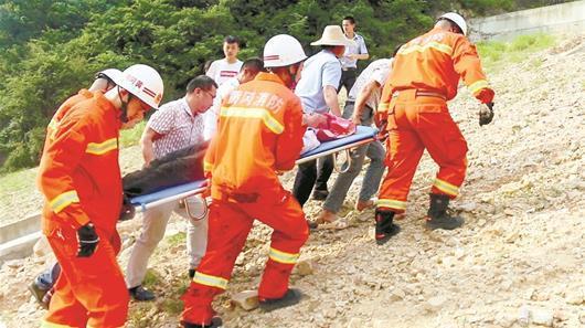 楚天都市报讯 图为救援人员用担架抬出伤者