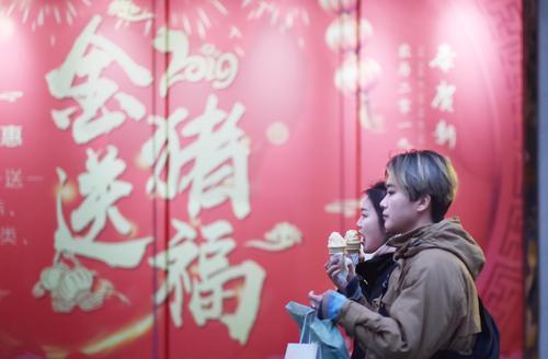 金猪送福年味浓(记者金思柳 摄)