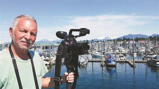 图为:美国摄影师莱恩·考夫曼前来参加活动