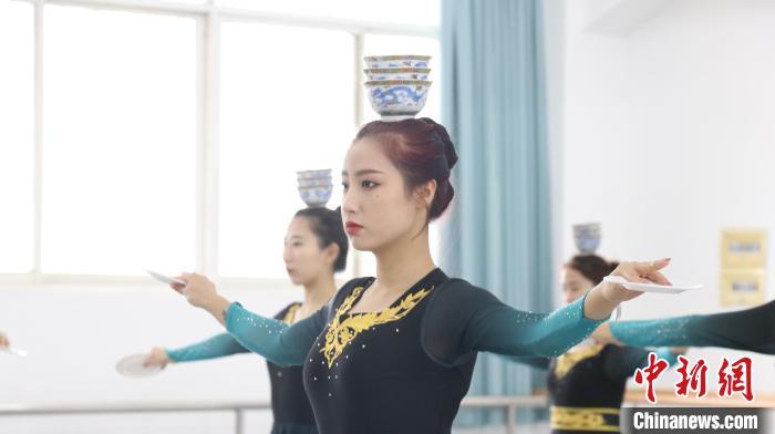 图为舞蹈生正在训练顶碗舞 黄娟 摄
