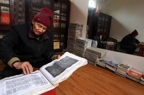 2月4日,农历大年三十,马旭的丈夫颜学庸整理资料。 记者 李子云 摄