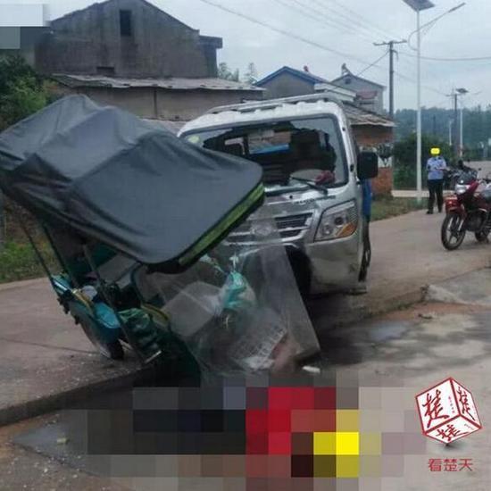 原标题:小货车撞上电三轮,接孙子的7旬爹爹不幸身亡