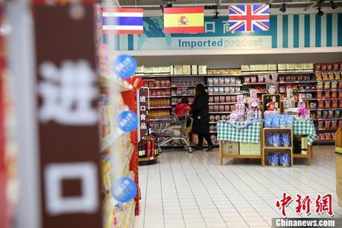 资料图:山西太原,民众在超市选购进口商品。 中新社记者 张云 摄