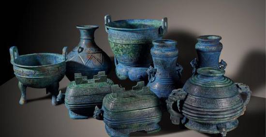 整组青铜器鼎、簋(鬼)、盨(须)、壶、甗(演)、霝(灵)器类同现