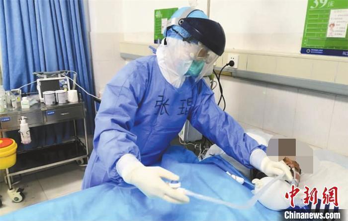 资料图:医护人员精心照料躺在病床上的诸某。张驰 摄