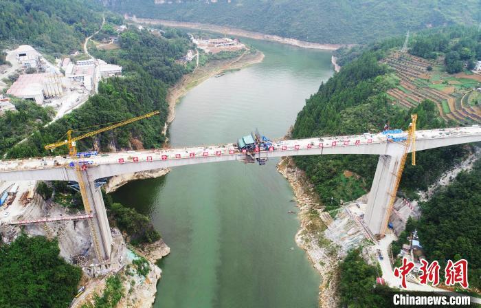 神农溪双线大桥横跨神农溪,两岸山崖陡峭,施工难度大。 焦国斌 摄