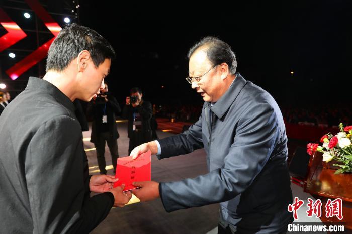 宜都市将3000余万股配发村民 刘康 摄