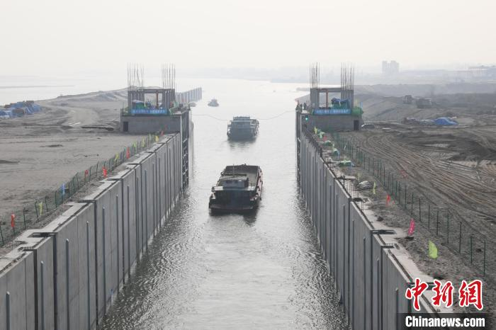 1月12日,两艘货船缓缓通过汉江雅口航运枢纽船闸 李勤 摄