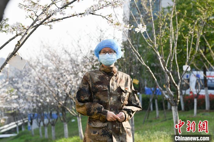 程静在樱花下。吉林北华大学附属医院供图